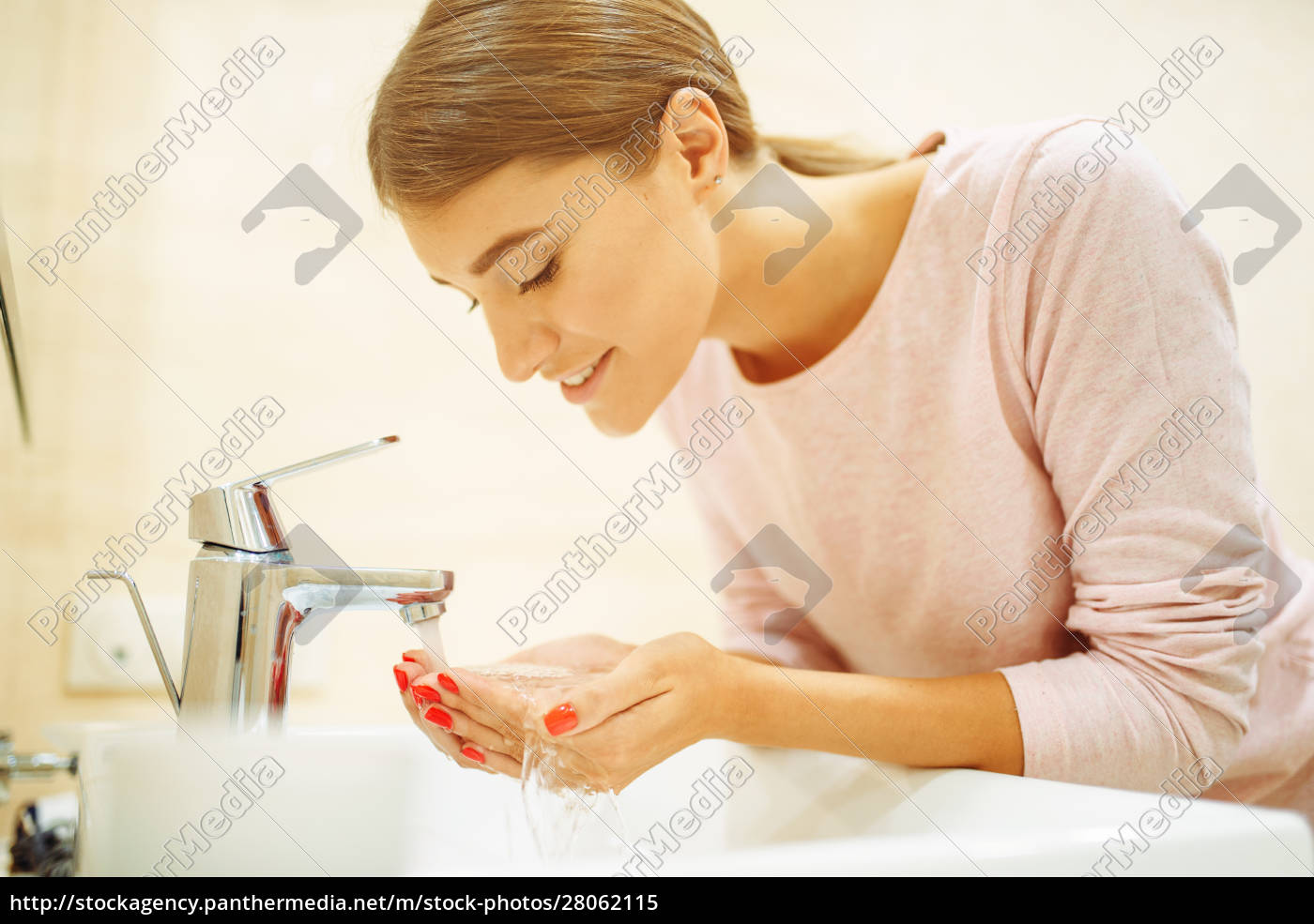 woman, washes, her, face, at, the - 28062115
