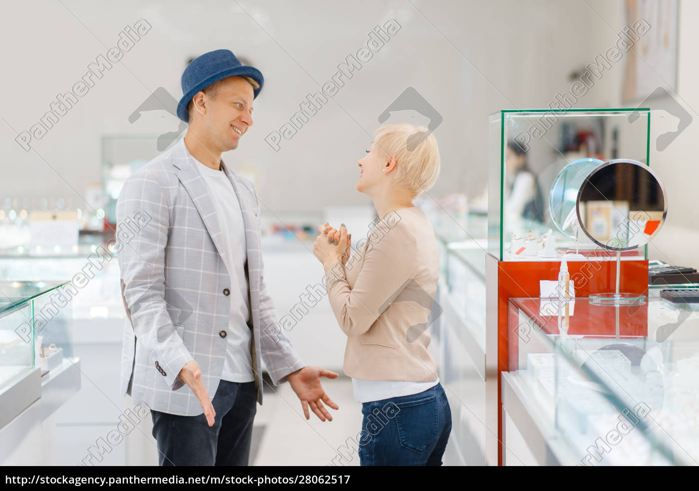 young, love, couple, buying, jewels, in - 28062517