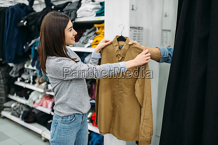 couple, choosing, shirts, in, fitting, room, - 28063065