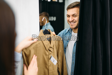 couple, choosing, shirts, in, fitting, room, - 28063086