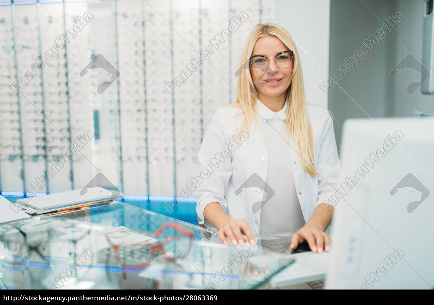 female, optician, sitting, at, table, in - 28063369