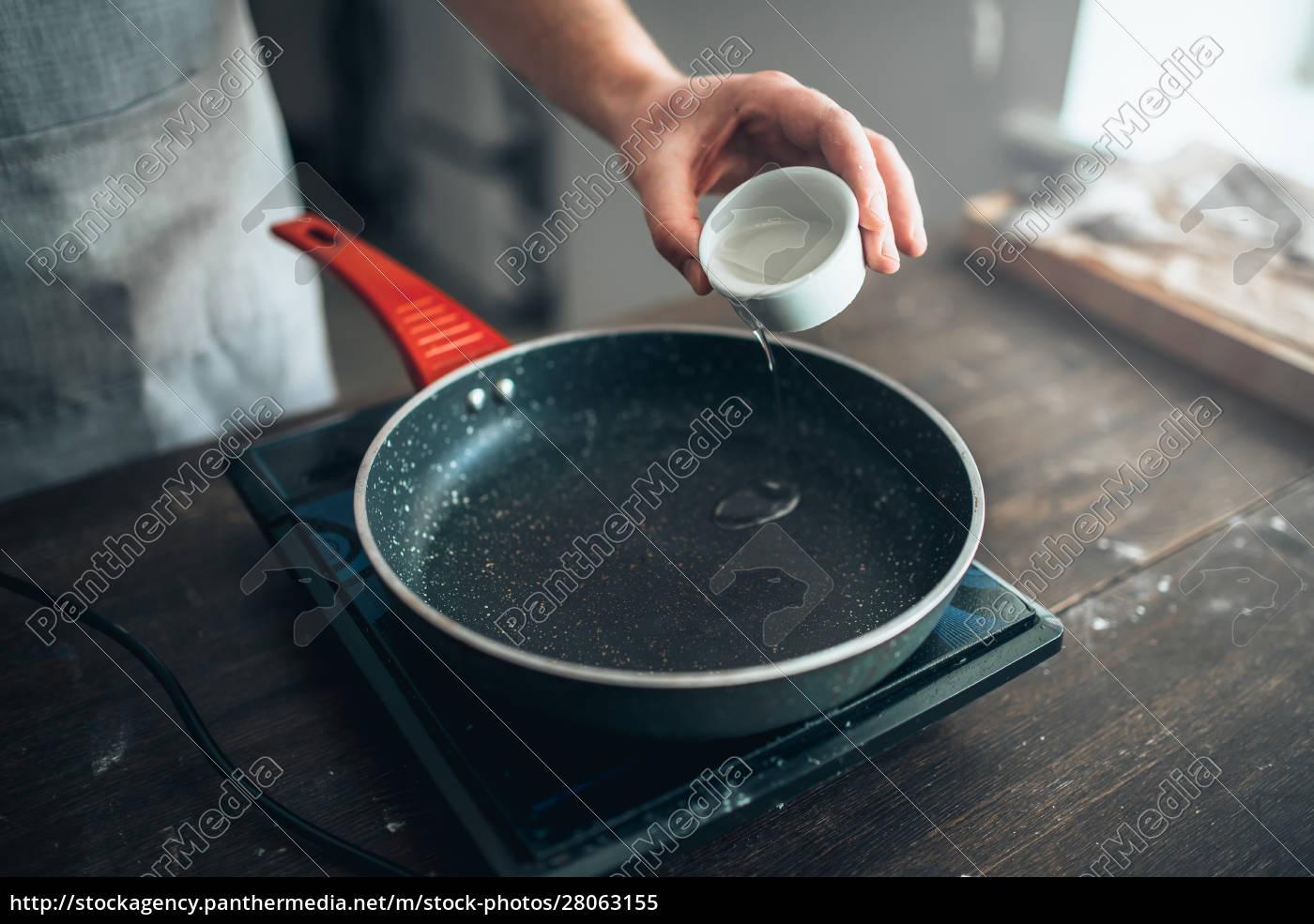 male, person, hands, pour, oil, in - 28063155