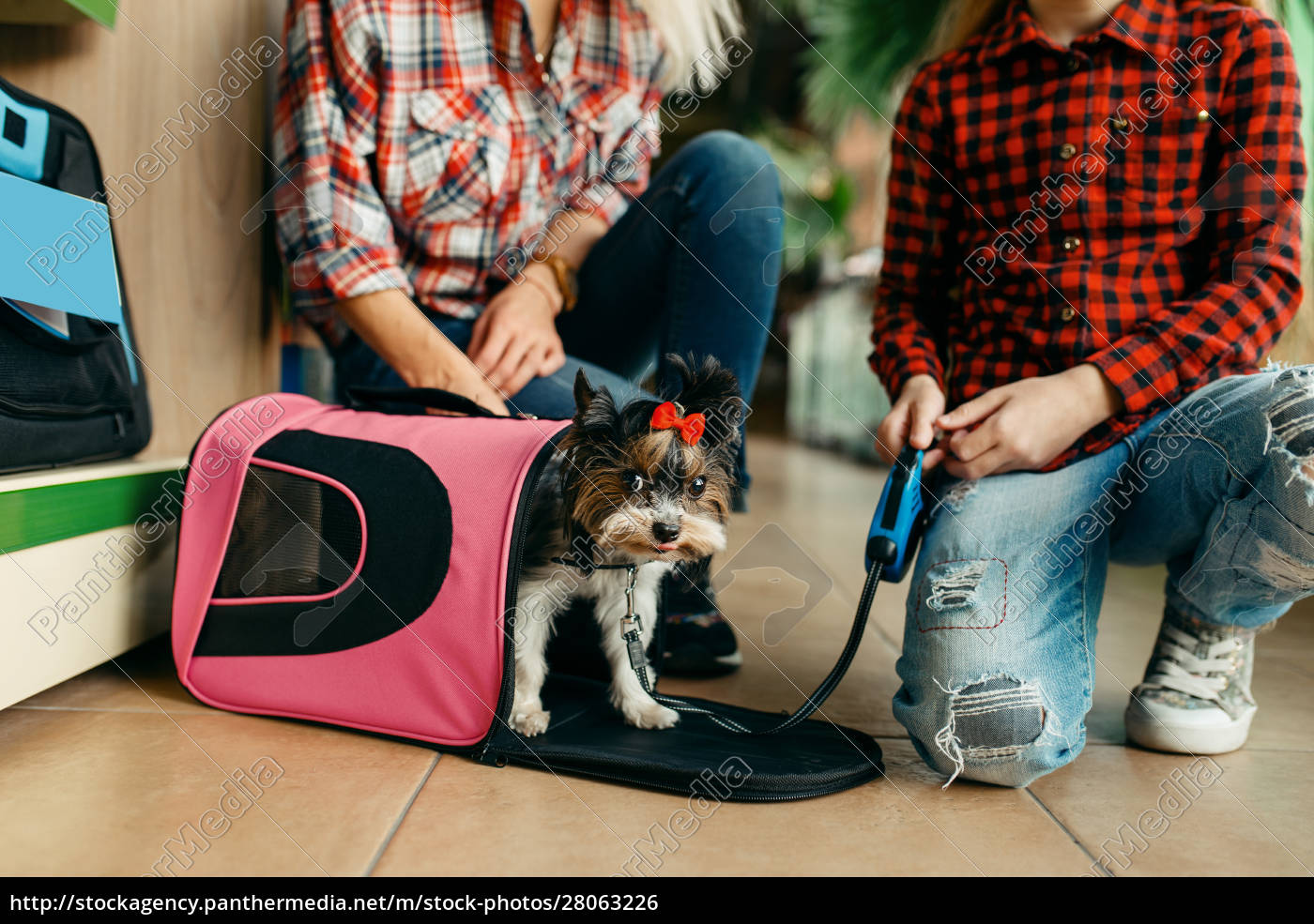 mother, with, girl, choosing, bag, for - 28063226