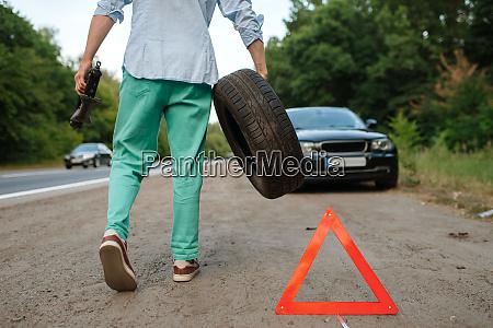 car, breakdown, , man, puts, the, spare - 28082871