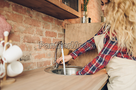 female, cook, in, apron, washes, fresh - 28083893
