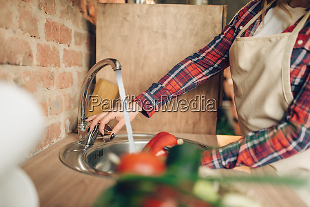 female, cook, in, apron, washes, fresh - 28083894