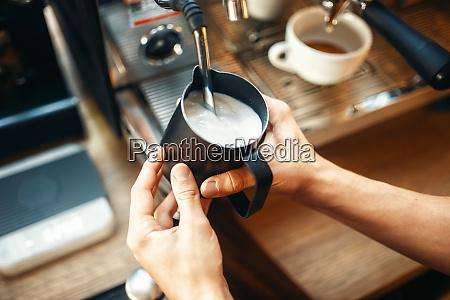 male, barista, prepares, beverage, on, coffee - 28083573