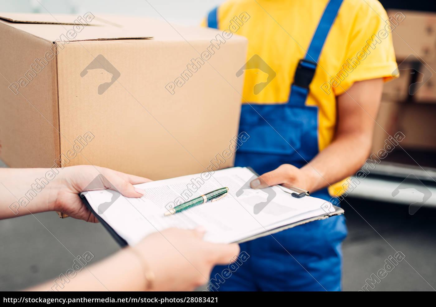 male, worker, in, uniform, gives, parcel - 28083421