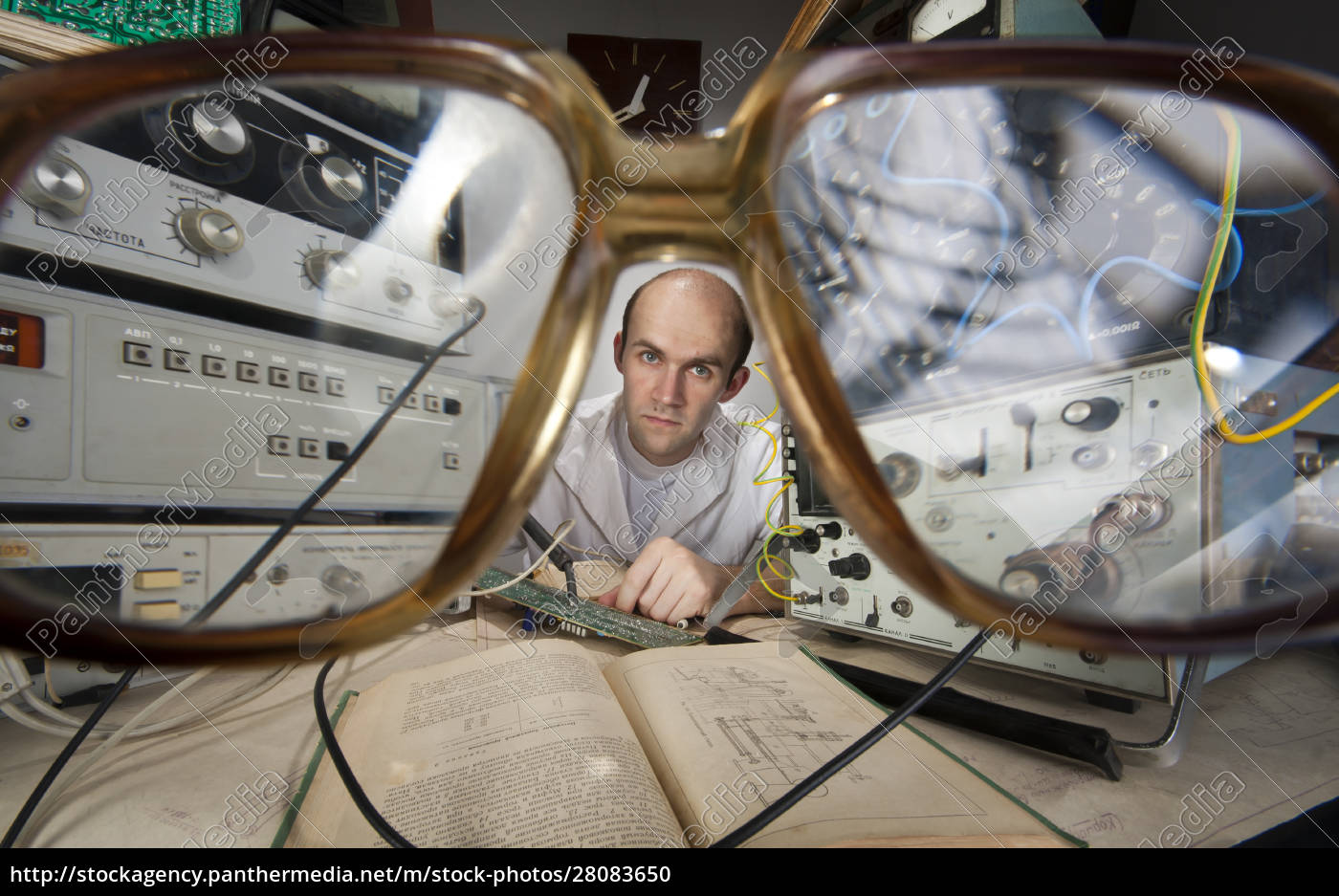 scientist, at, vintage, laboratory - 28083650