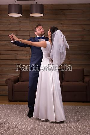 newlyweds couple dancing wedding dance
