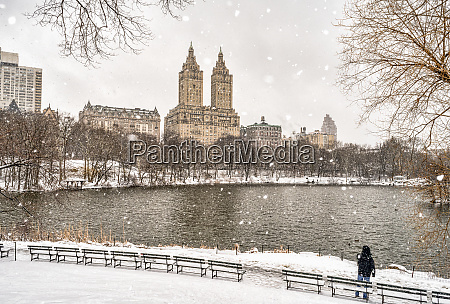 snowfall, by, the, lake, in, central - 28118182
