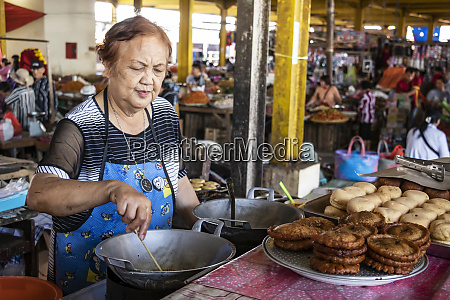 woman preparing sweets at the tomohon