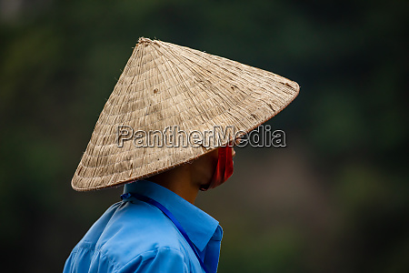 a vietnamese man with a traditionell