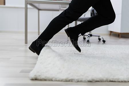 man stumble in a carpet