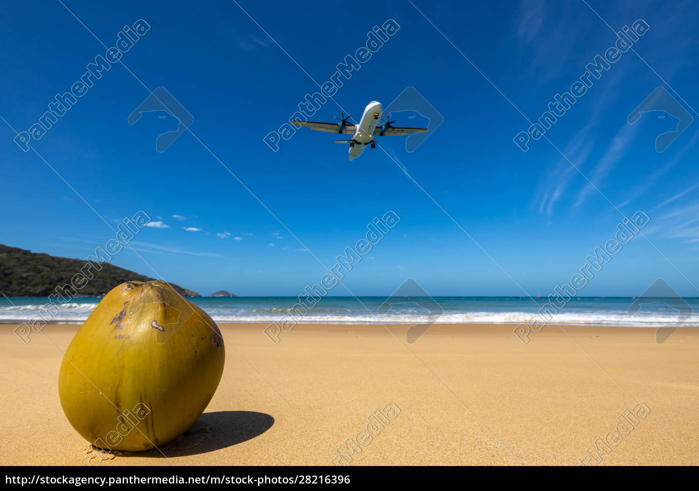 airplane, is, landing, on, con, dao - 28216396