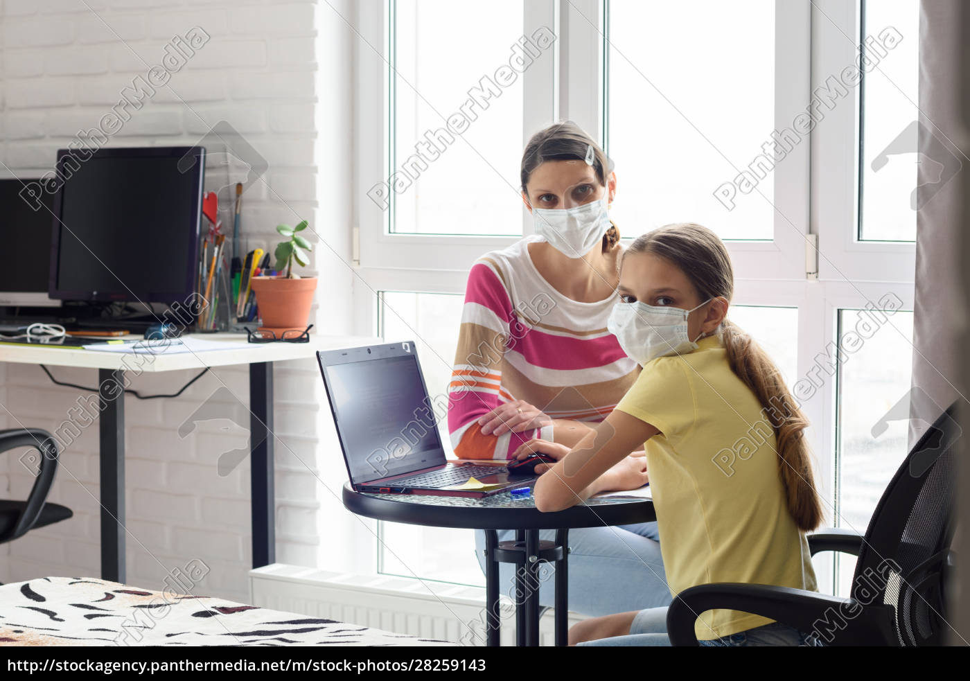 mom, and, quarantined, daughter, study, in - 28259143