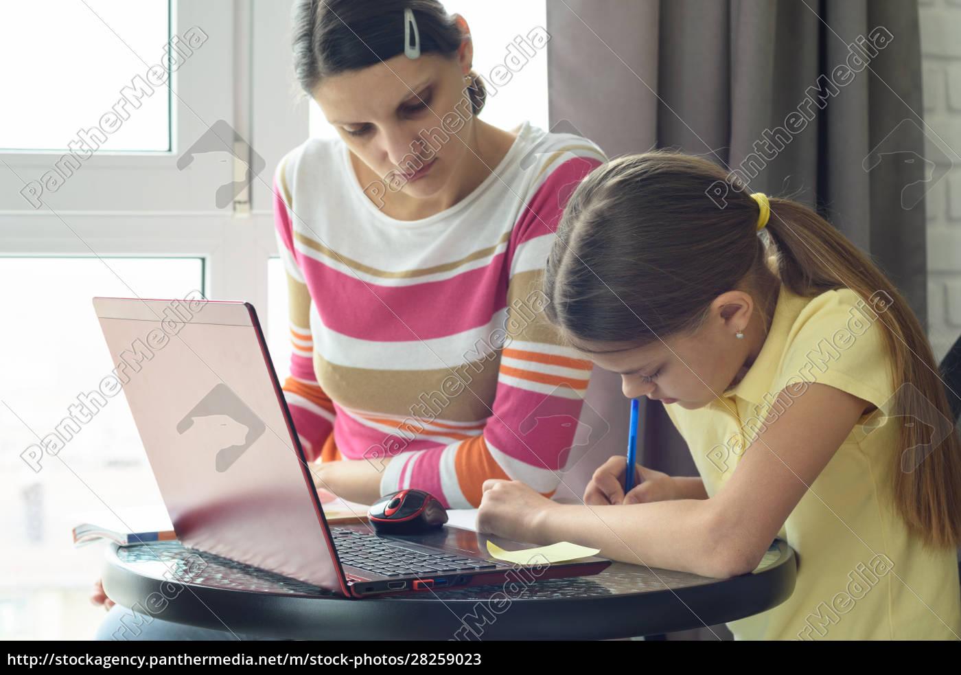 mom, helps, daughter, do, homework - 28259023