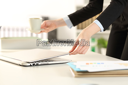 business, woman, hands, arriving, to, office - 28277879