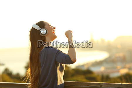 girl, singing, listening, music, on, headphones - 28277910