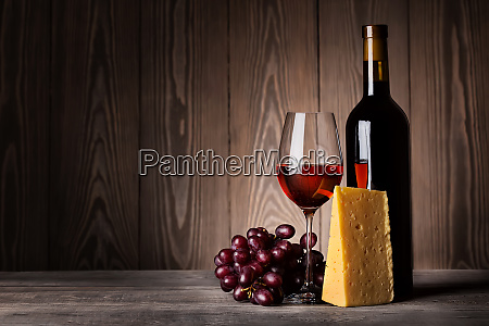 glass, of, red, wine, with, grapes - 28278876