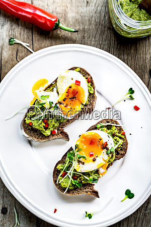 spinach hummus with soft boiled egg