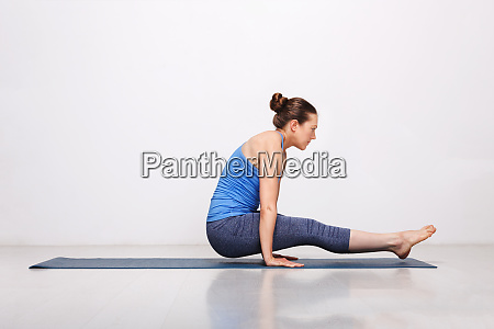woman doing hatha asana utpluti dandasana