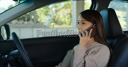 woman talk to cellphone and drive