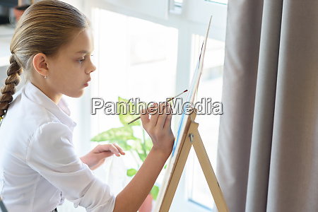 girl with great interest paints on