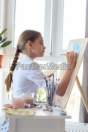 girl in white shirt draws behind
