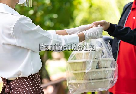deliverly man pick up food order