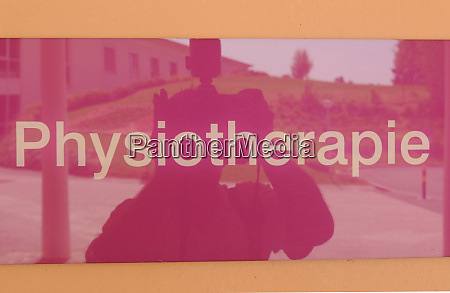 pink physiotherapie sign with yellow letters