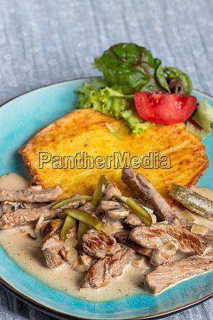 boeuf stroganoff blue meat gherkin plate