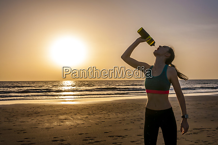 sporty, woman, drinking, water, at, the - 28742593