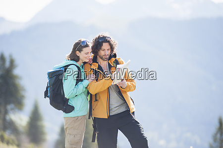 hiking couple looking at map wallberg