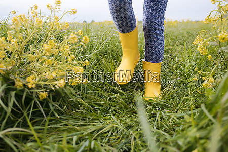 grls legs in yellow rubber boots