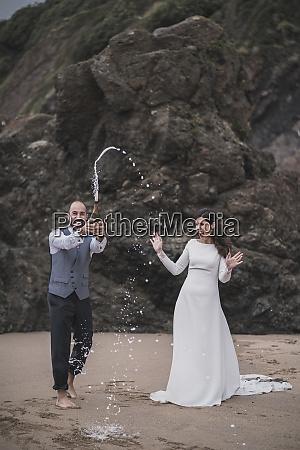 bridal couple man splashing with champagner