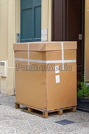 box at pallet delivery