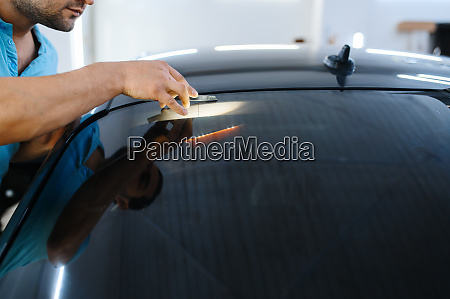 male wrapper installs car tinting tuning