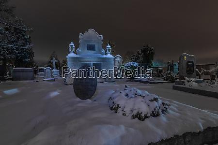 grosses grab mit schnee im winter