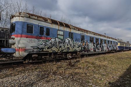 graffiti auf einem bunten alten waggon