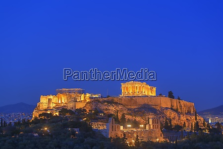 the acropolis illuminated by floodlight unesco