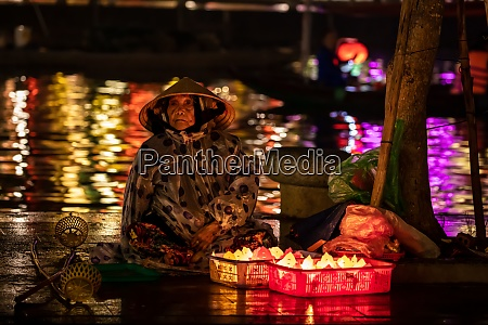 old woman from hoi an is