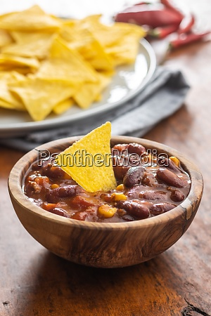 chili con carne and tortilla chips