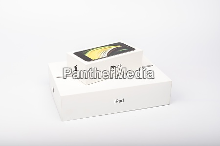 packaging of the new iphone se