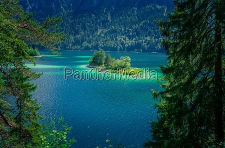 hike on the banks of lake