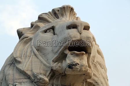 antique lion statue at victoria memorial