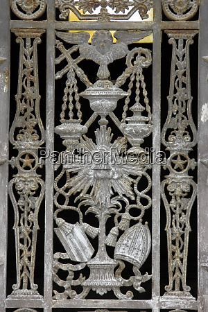 ornate tomb door at the pere