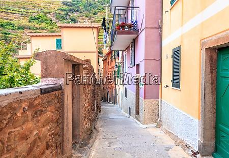 quiet street in manarola