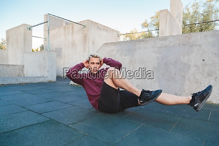 man doing exercises for abdominals outdoors