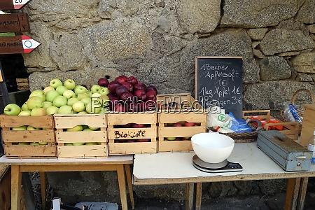 AEpfel und apfelsaft im hofverkauf